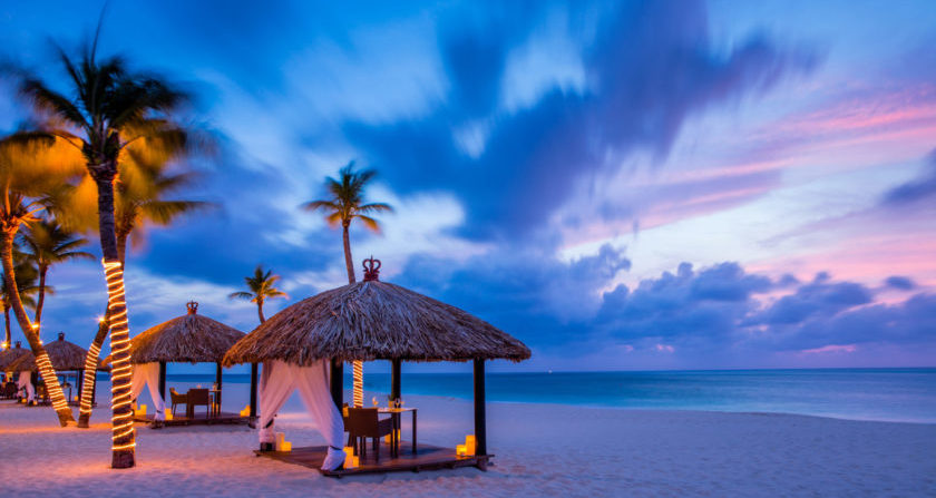 schönste Ort der Welt Bucuti & Tara Beach Resort Privater Strand mit Sonnenliegen am Abend