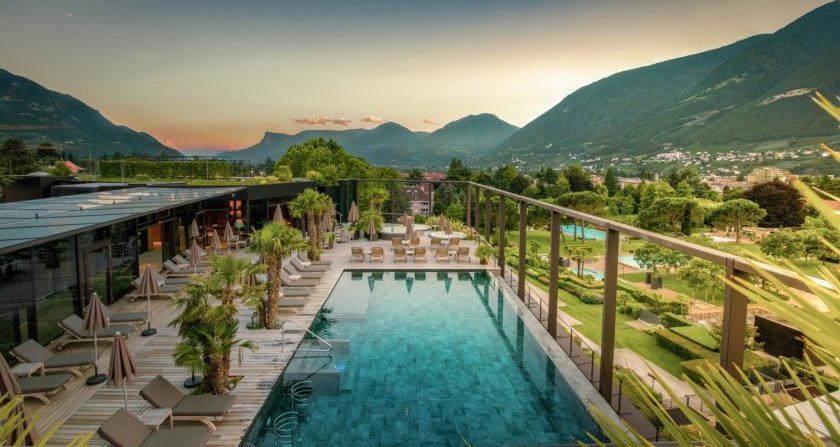 schoenste Orte Der Welt Hotel Therme Meran Italien Dachterrasse mit Pool und Liegen