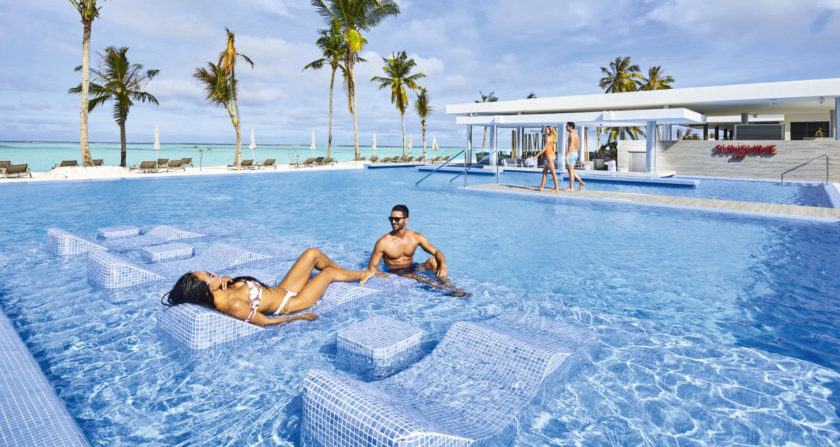 schönste Orte der Welt Riu Atoll Pool mit Liegen