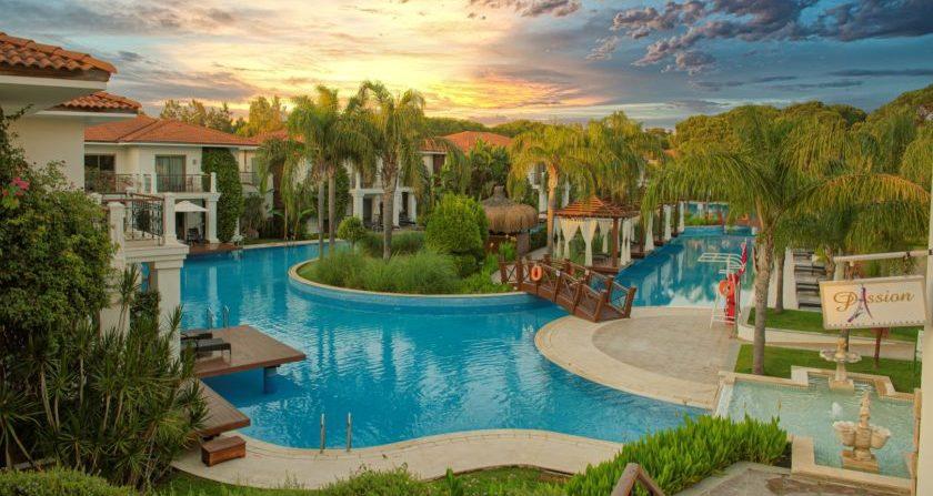schönste Orte Der Welt ELA Quality Resort Belek Pool und Palmen bei Sonnenuntergang