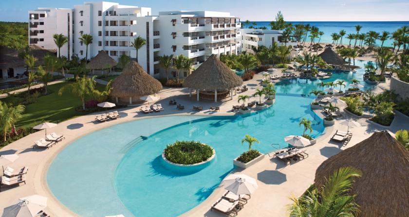 Schönste Orte der Welt Secrets Cap Cana Resort Spa in der Dominikanischen Republik Pool mit Sonnenliegen